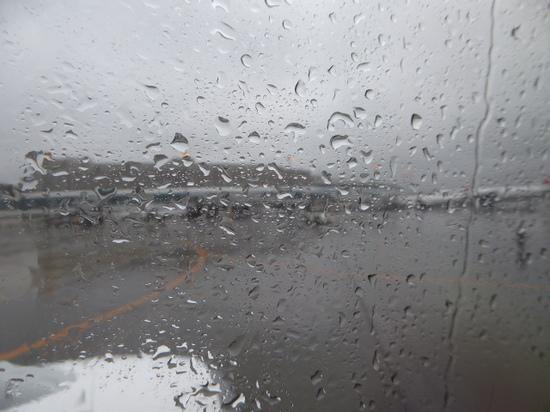 千歳空港雨 機内から.JPG